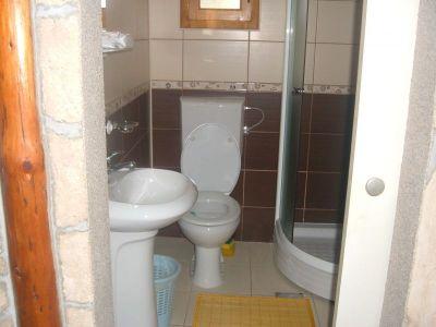 kupatilo u etno brvnari
