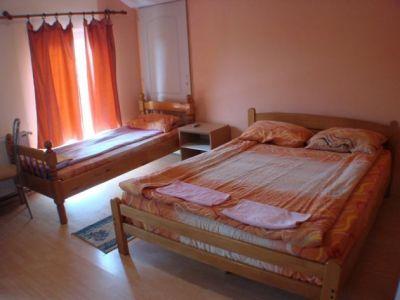 Spavaca soba 2 kreveta.jpg