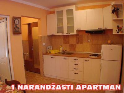 1 narandzasti apartman kuhinja.jpg