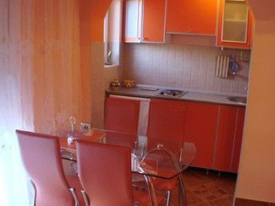 2 narandzasti apartman kuhinja.jpg